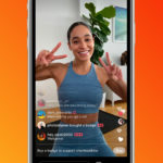 mulher de pele morena na tela de um celular, como em uma transmissão de live